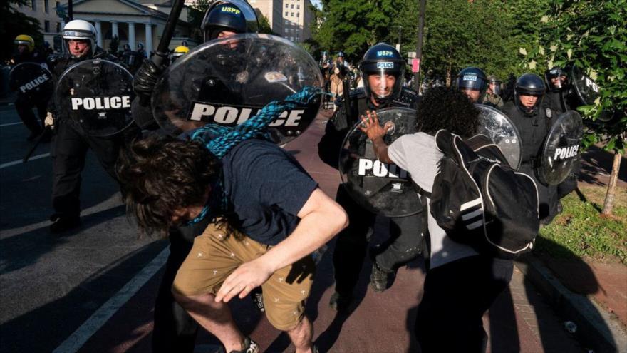 Represión policial se intensifica en EEUU por muerte de ciudadano negro | HISPANTV