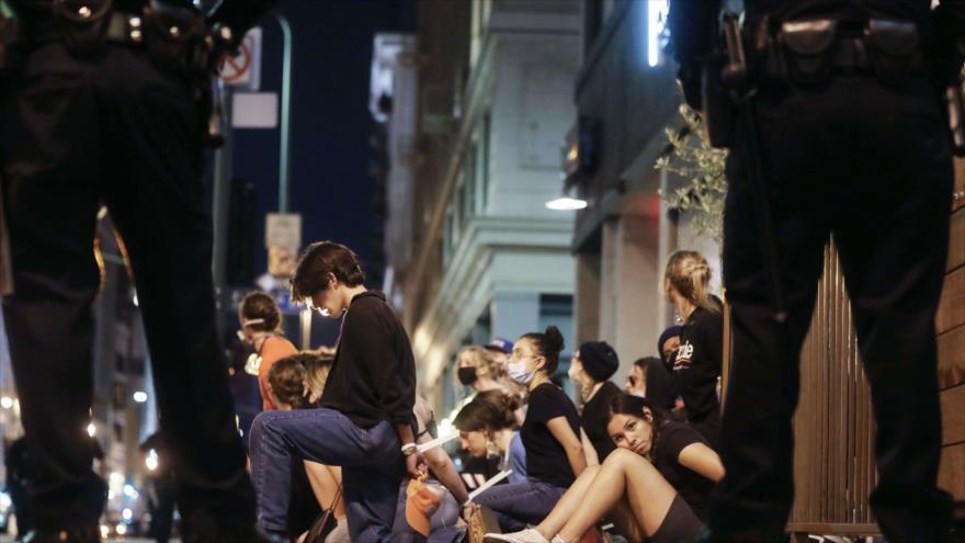 Manifestantes son arrestados durante protestas por muerte de George Floyds, Los Ángeles, California, 2 de junio de 2020. (Foto: AFP)