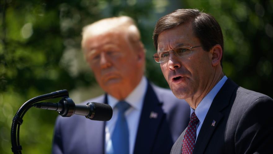 El secretario de Defensa de EE.UU, Mark Esper, junto al presidente Donald Trump, en Washington, 15 de mayo de 2020. (Foto: AFP)