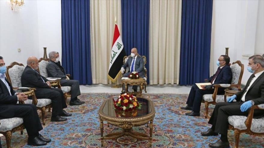 El presidente iraquí, Barham Salih, durante una reunión con el ministro de Energía de Irán, Reza Ardakanian (izda.), en Bagdad, 3 de junio de 2020.
