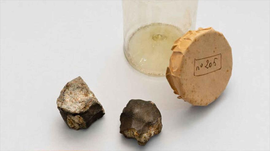 Dos fragmentos del meteorito que cayó en Barcelona en 1704.