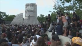 Manifestantes se arrodillan en monumento a Martin Luther King