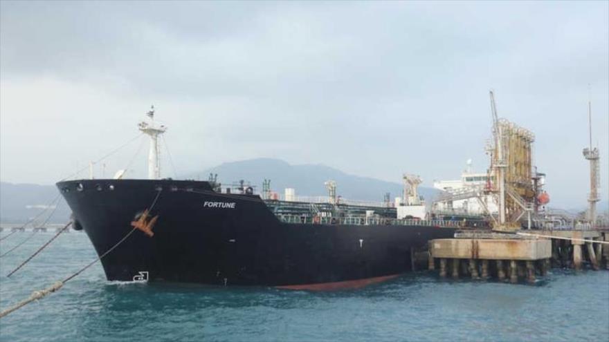 El buque cisterna iraní Fortune, con bandera iraní, arriba al muelle de la refinería El Palito en Puerto Cabello, en Venezuela, 25 de mayo de 2020.