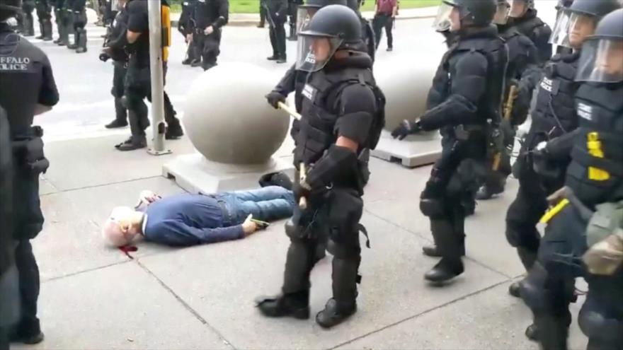 Policías de EEUU tiran al suelo a un anciano y lo dejan sangrando