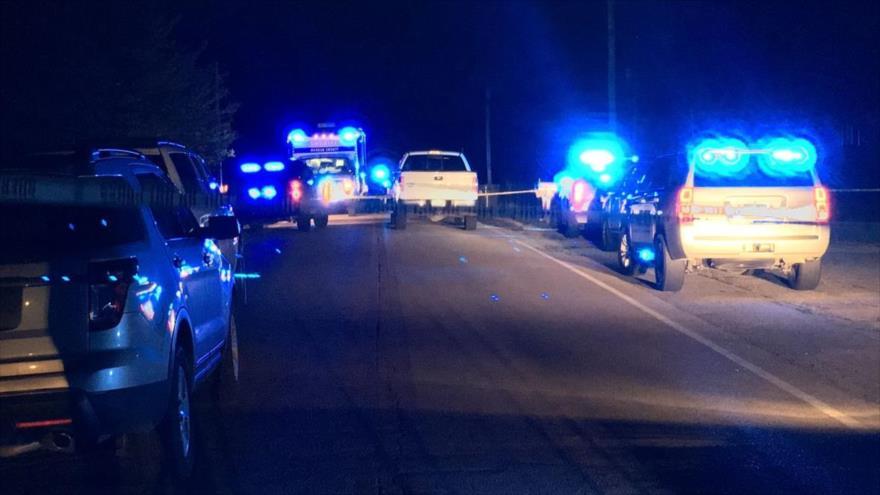 Investigadores del condado de Morgan en la escena de un homicidio en una carretera de Valhermoso Springs, en el norte de Alabama.