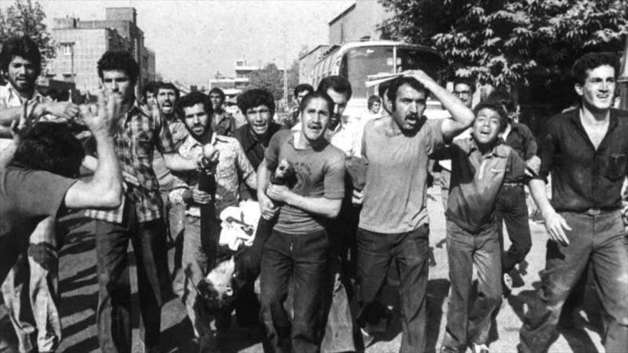 Manifestantes iraníes llevan el cuerpo sin vida de uno de sus compañeros, asesinado durante las protestas populares por las fuerzas del régimen del Shah. 5 de junio de 1963.