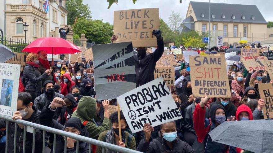 Miles de personas protestan en Alemania contra el racismo en EEUU