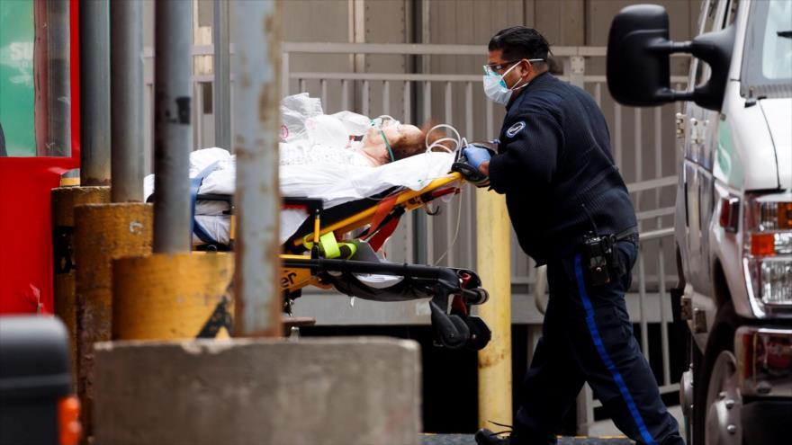 Un paciente es llevado a la sala de emergencias del Centro Hospitalario Elmhurst en Queens, Nueva York, EE. UU., el 30 de marzo de 2020.