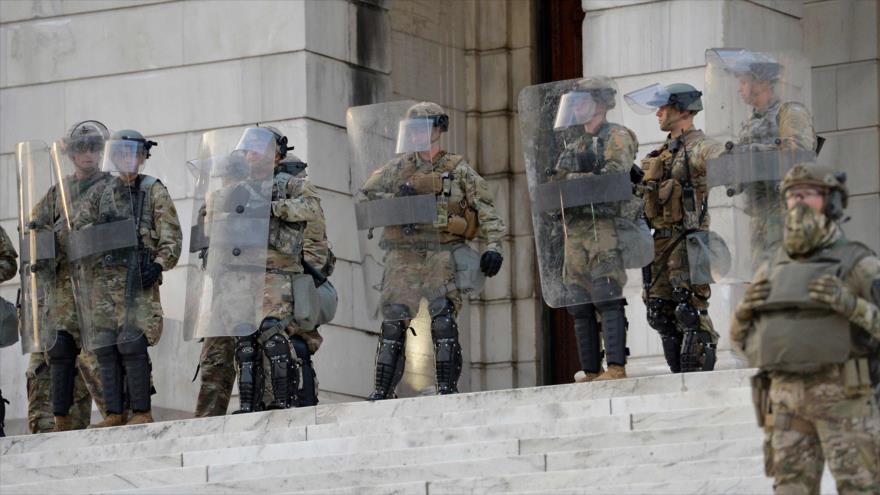 Soldados de Guardia Nacional de Estados Unidos, preparados para detener las protestas antirracistas en Rhode Island, 5 de junio de 2020. (Foto: AFP)