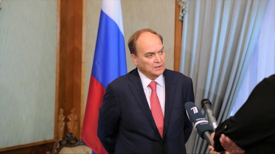 El embajador de Rusia en EE.UU., Anatoly Antonov, atiende a la prensa de su país en la sede diplomática en Washington.
