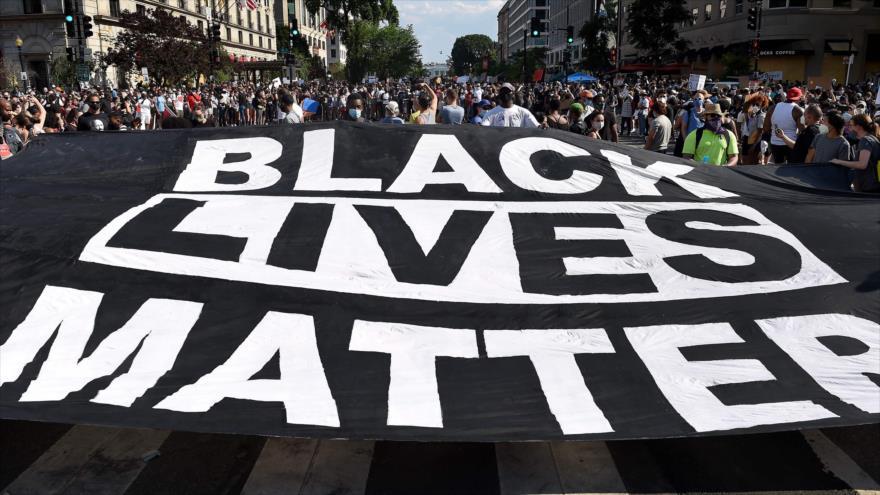 """Manifestantes despliegan una pancarta con el lema """"Las vidas negras importan"""", Washington, 6 de junio de 2020. (Foto: AFP)"""