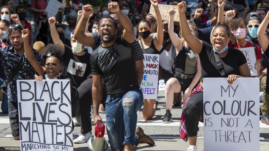 Canadienses protestan contra la discriminación racial en EEUU