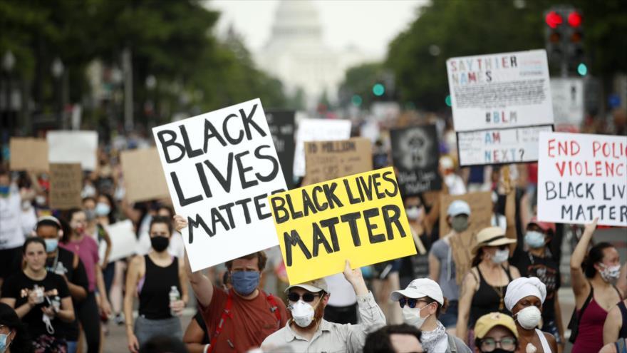 Los estadounidenses se manifiestan en Washington (la capital) contra el asesinato de George Floyd, 6 de junio de 2020. (Foto: AFP)