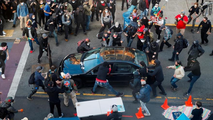 Un atacante arremete con su coche a manifestantes en EEUU y dispara | HISPANTV