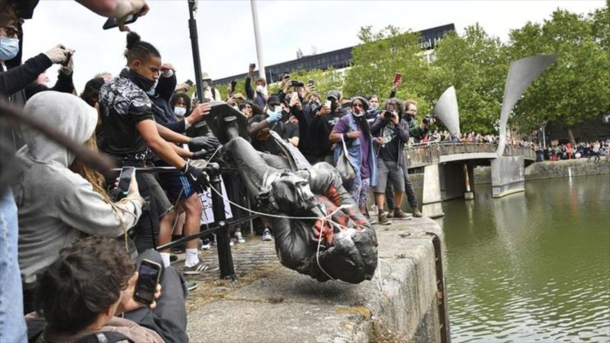 Vídeo: Destruyen en el Reino Unido estatuas de personajes racistas | HISPANTV