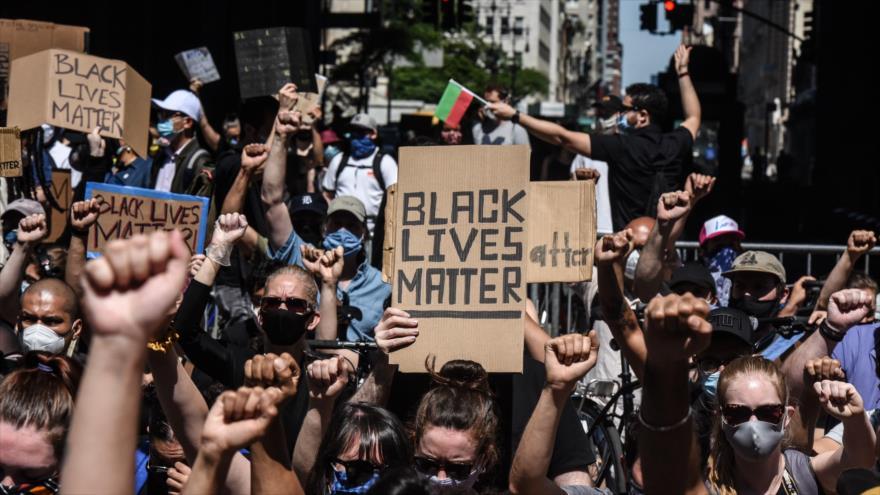 Manifestantes estadounidenses condenan la violencia policial contra afroamericanos en Nueva York, 8 de junio de 2020. (Foto: AFP)