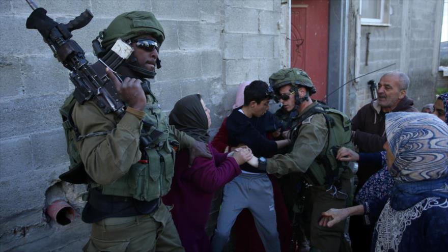 Las fuerzas de ocupación israelíes secuestran a un niño palestino en la aldea de Kfar Qaddum, cerca de la ciudad cisjordana de Naplusa.