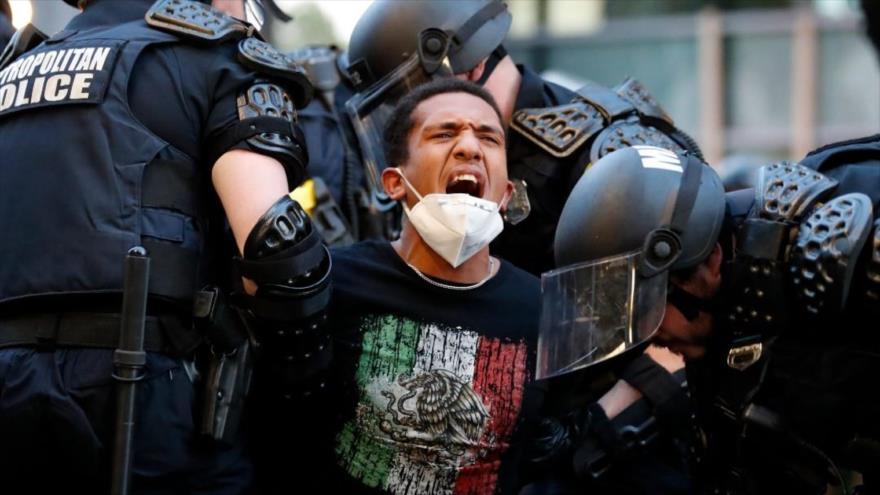 Agentes de policía de EE.UU. detienen a un hombre por participar en protestas contra el racismo, Washington, 1 de junio de 2020. (Foto: AP)