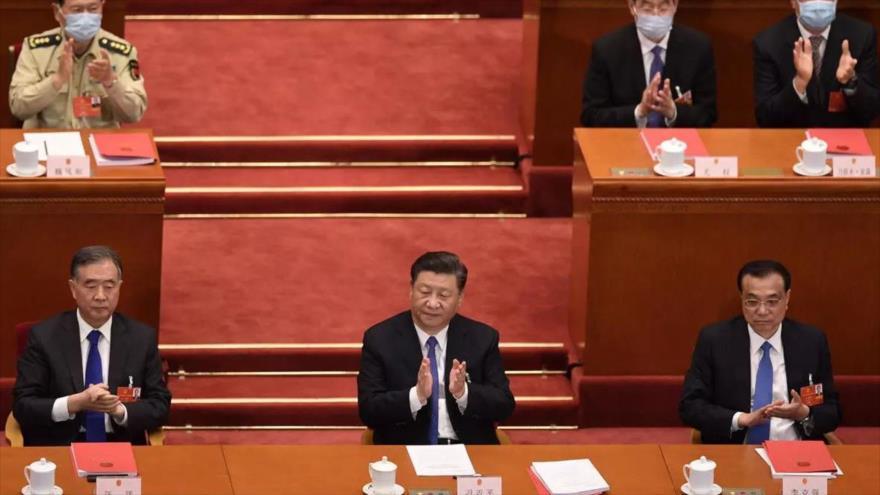 El presidente de China, Xi Jinping (centro), durante la segunda sesión plenaria del Congreso Nacional del Pueblo en Pekón, 25 de mayo de 2020. (Foto: AFP)
