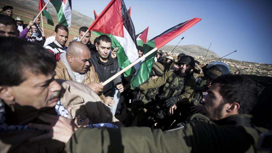 Palestinos y fuerzas israelíes se enfrentan en la aldea de Turmus Aya, cerca de Cisjordania.