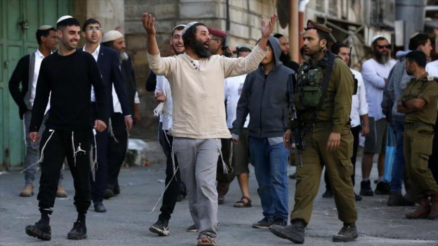Un grupo de colonos israelíes en la ciudad de Al-Jalil (Hebrón), en el sur de la ocupada Cisjordania.