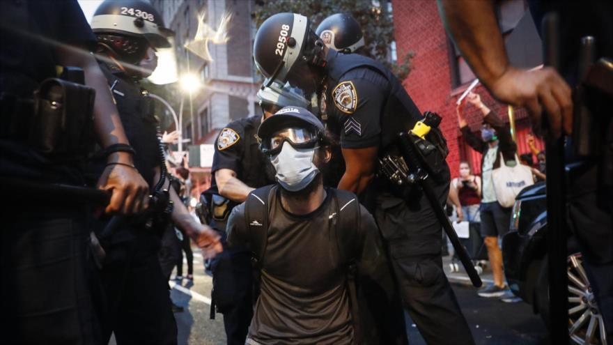 Agentes del Departamento de Policía de la ciudad de Nueva York (EE.UU.) arrestan a un manifestante, 5 de junio de 2020. (Foto: AP)