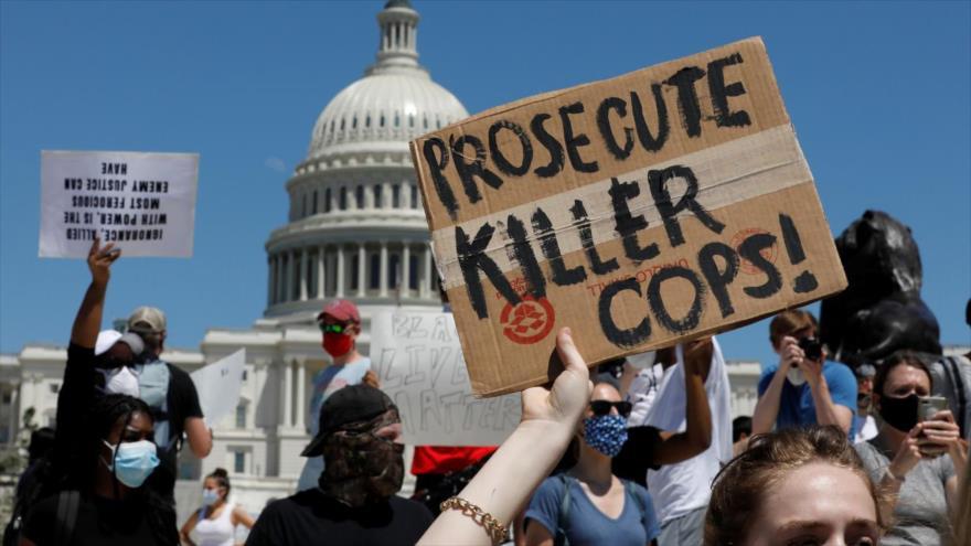 Manifestantes sostienen pancartas en protesta contra la muerte de George Floyd en Washington, EE. UU., 30 de mayo de 2020. (Foto: Reuters)