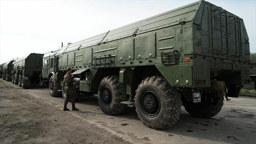 Vehículos militares del Ejército ruso alineados para participar en el ejercicio de simulacro.