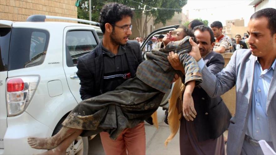 Trasladan a un niño yemení a un hospital luego de resultar herido en un ataque aéreo de Arabia Saudí en la provincia de Saada, 9 de agosto de 2018.