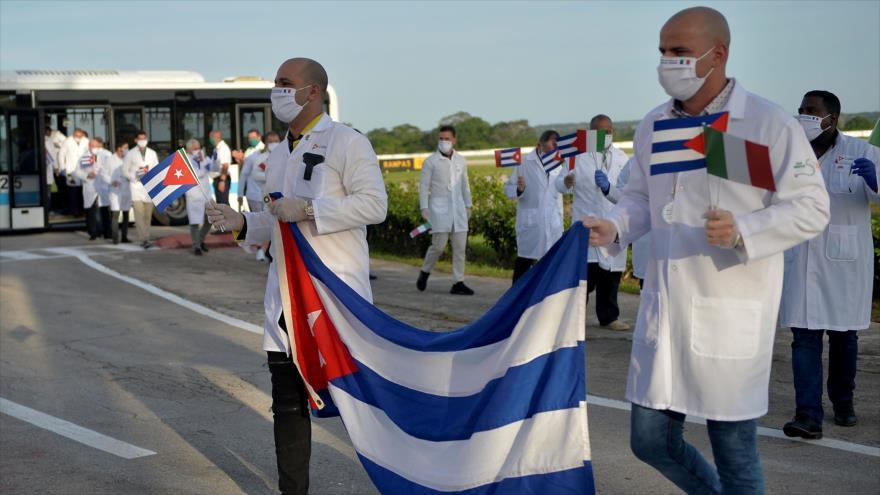 La brigada médica cubana del contingente Henry Reeve llega al Aeropuerto Internacional José Martí en La Habana el 8 de junio de 2020. (FOTO: AFP)