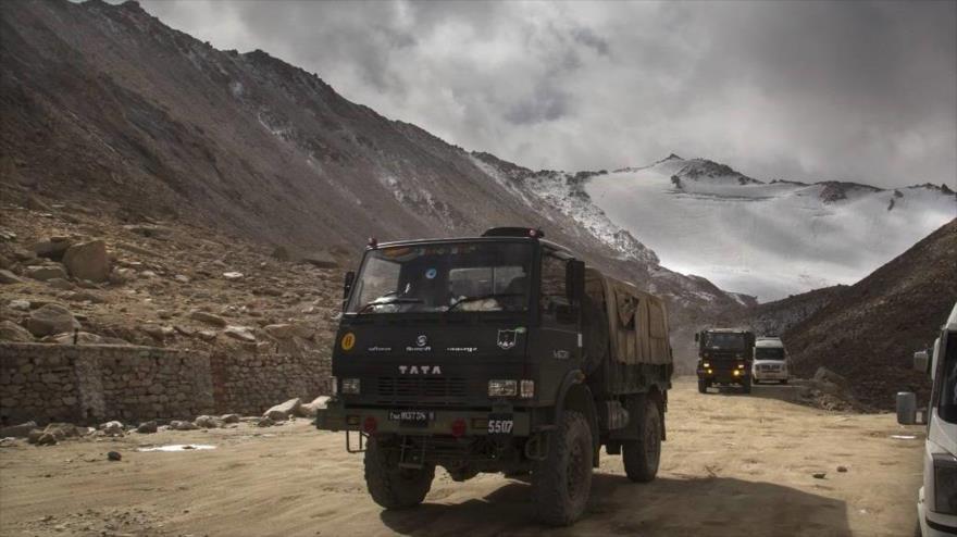 Una caravana de vehículos militares de La India en la región de Ladakh.