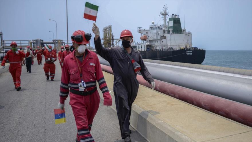 Trabajadores venezolanos reciben al petrolero iraní 'Fortune' en el puerto de la Refinería de El Palito, 25 de mayo de 2020. (Foto: AFP)