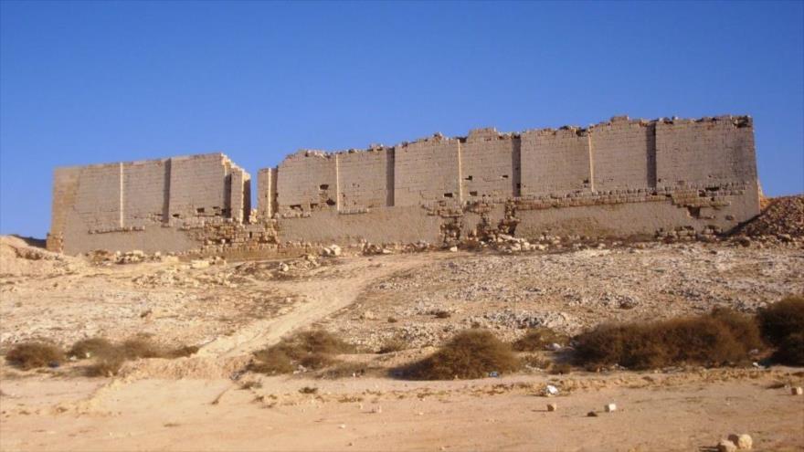 Fachada norte de las ruinas del Templo de Osiris en Taposiris Magna, oeste de Alejandría, Egipto.