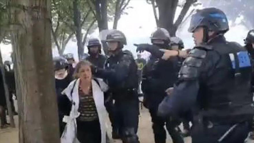 Policía francesa detiene brutalmente a una enfermera en una protesta | HISPANTV