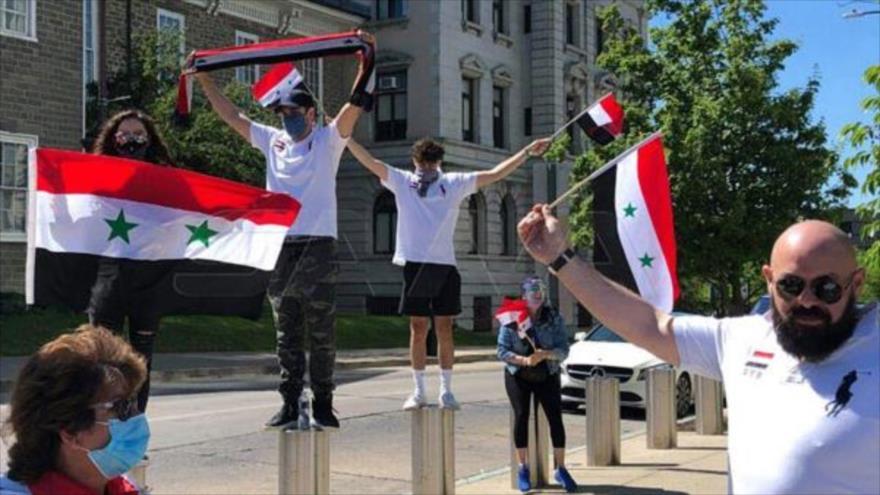 Expatriados sirios residentes en EEUU protestan contra sanciones ilegales impuestas contra de su país. Pensilvania, 16 de junio de 2020. (Foto: SANA)