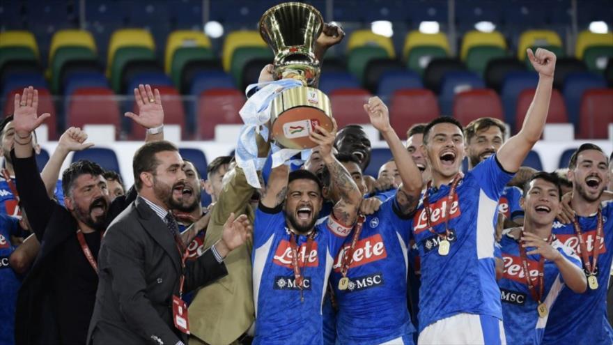 Los jugadores del Nápoles celebran el título de la Copa de Italia en el estadio Olímpico de Roma, 17 de junio de 2020. (Foto: AFP)
