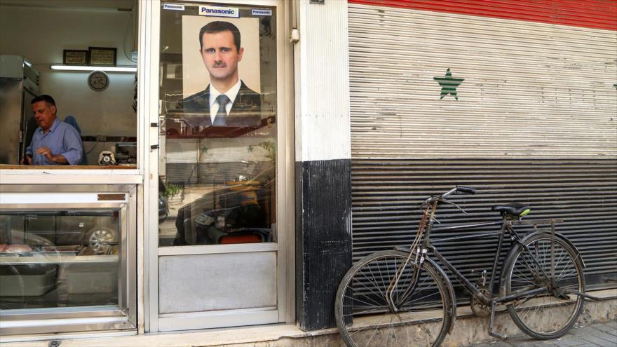 Una imagen del presidente sirio, Bashar al-Asad, en la entrada de un comercio de Damasco. (Foto: Reuters)
