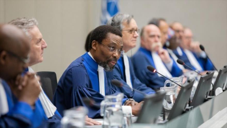 El magistrado presidente de la Corte Penal Internacional (CPI) de La Haya, Chile Eboe-Osuji, preside un juicio en las instalaciones de la institución judicial.
