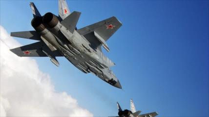 Vean cómo cazas rusos escoltan a bombarderos estadounidenses