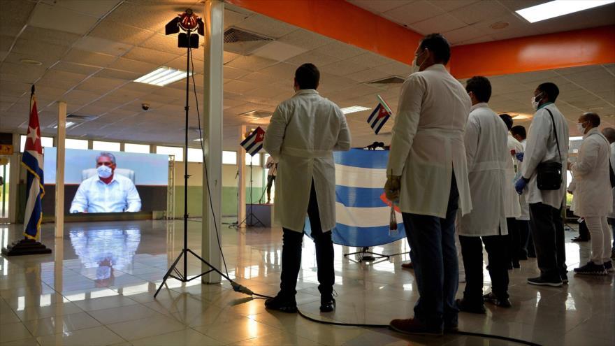 Miembros de brigada médica cubana del contingente Henry Reeve escuchan al presidente cubano Miguel Díaz-Canel, La Habana, 8 de junio de 2020. (Foto: AFP)