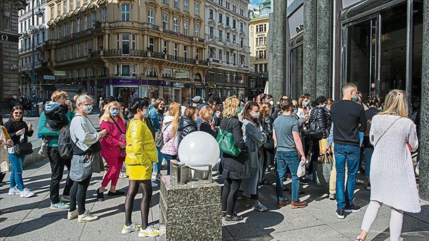 Una tienda en el centro de Viena, capital de Austria, se llena de clientes, pese a la pandemia de la COVID-19. (Foto: Getty Images)