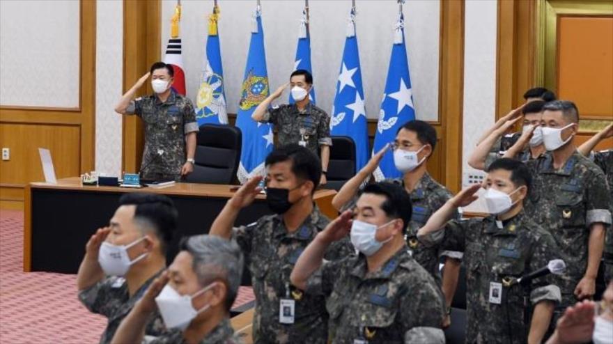 El jefe del Estado Mayor de la Fuerza Aérea surcoreana, el general Won In-choul (arriba, izda.) y otros oficiales, Seúl, la capital. 19 de junio de 2020.