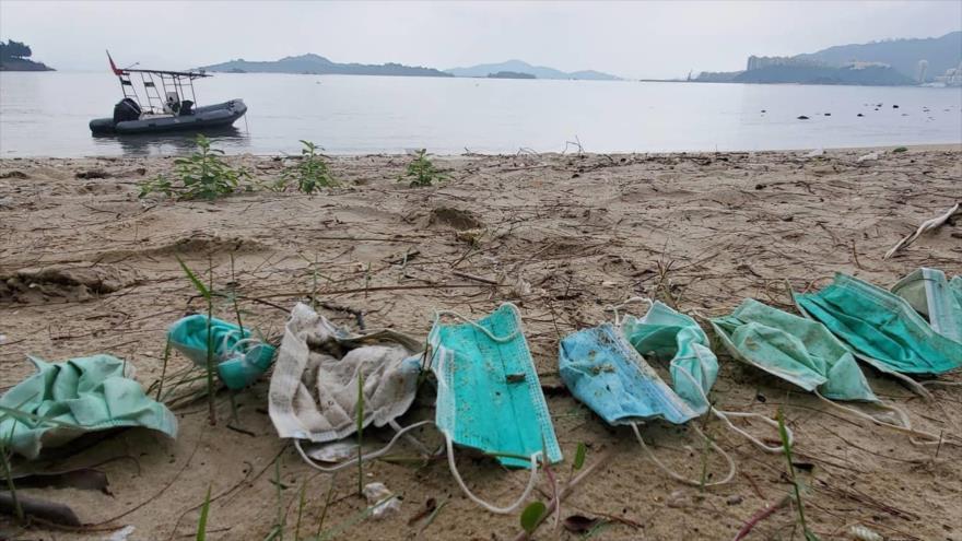 Mascarillas dejadas en la playa debido a la pandemia del coronavirus (COVID-19)