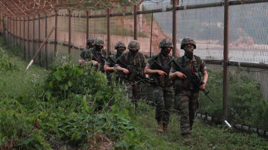 Marines surcoreanos patrullan el perímetro de la isla de Yeonpyeong (Corea del Sur), 16 de junio de 2020.