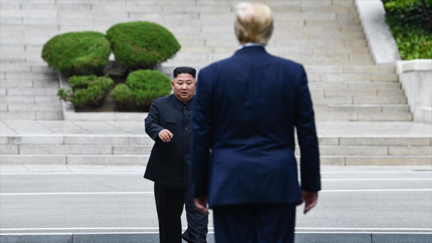 El líder norcoreano, Kim Jong-un, recibe al presidente de EE.UU., Donald Trump, en la zona fronteriza entre las dos Coreas, 30 de junio de 2019. (Foto: AFP)