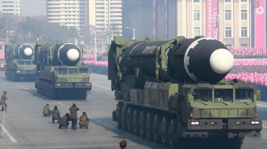 Misiles balísticos Hwasong-15 en un desfile militar en Pyongyang (capital de Corea del Norte), 8 de febrero de 2018. (Foto: AFP)