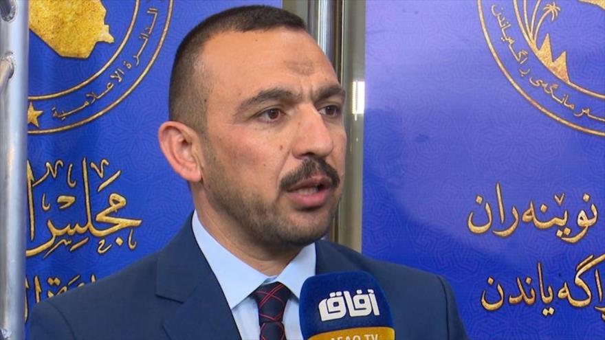 Muhamad al-Baldawi, un miembro de la coalición Al-Fath (una de las facciones políticas iraquíes con mayor número de diputados), habla con la prensa.