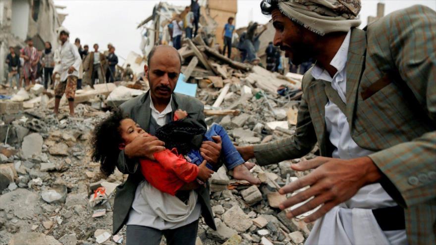 Trasladan a un niño yemení a un hospital tras resultar herido en un ataque aéreo de Arabia Saudí.