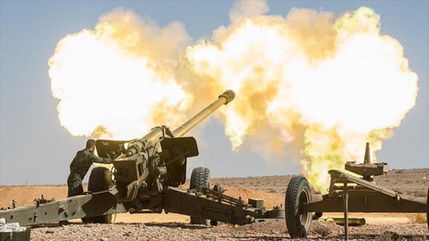 Unidades de artillería del Ejército sirio disparan contra blancos terroristas.