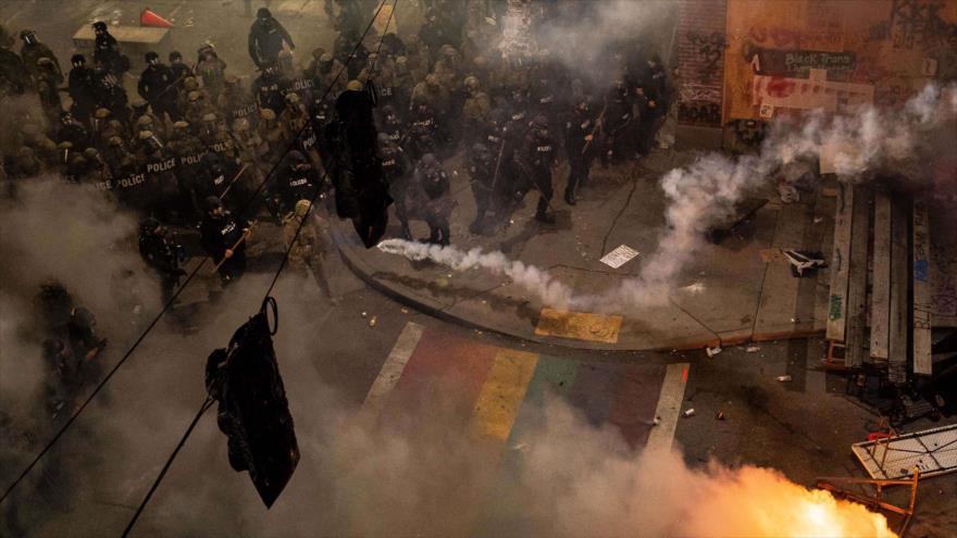 La Policía usa gases lacrimógenos contra los manifestantes, Seattle, EE.UU., 8 de junio de 2020. (Foto: AFP)